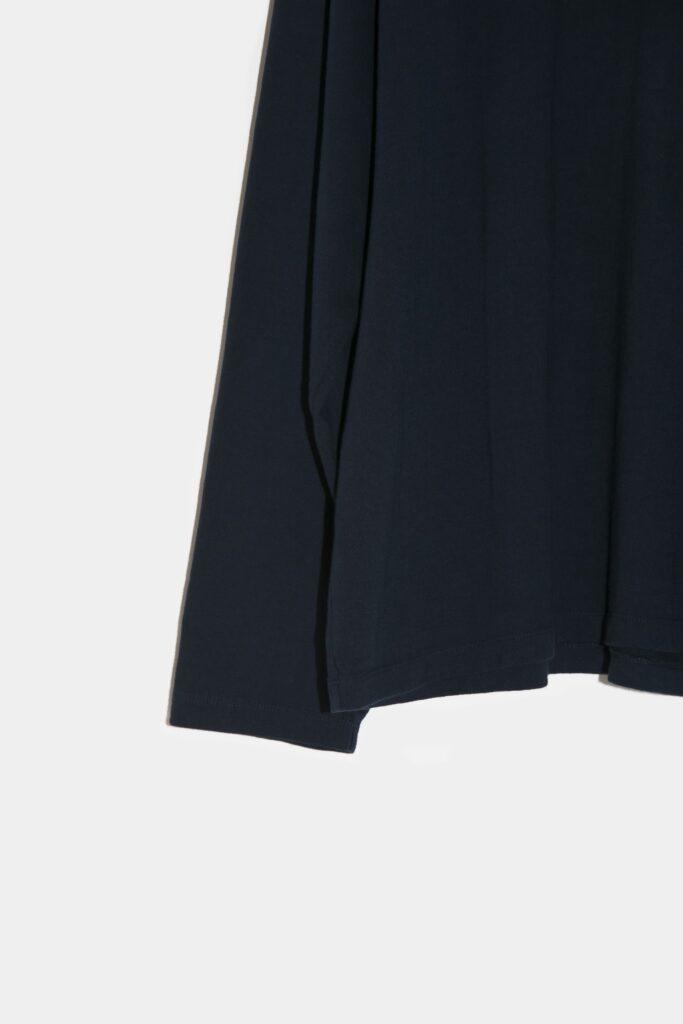 YOKO SAKAMOTO 21AW L/S T-SHIRT 吊り編みで編み立てたブランドオリジナルのアルティメイトピマパイルを使用したロングスリーブTシャツ。1枚での着用は勿論、インナーにも着用し易いスッキリとしたシルエットデザインが特徴。シンプルなアイテムではありますが、他に無い生地感と着心地を、是非とも体験して頂けたらと思います。硫化染め+バイオ加工を施した深みのある色合いが特徴で、着用する度に経年変化を楽しめます。
