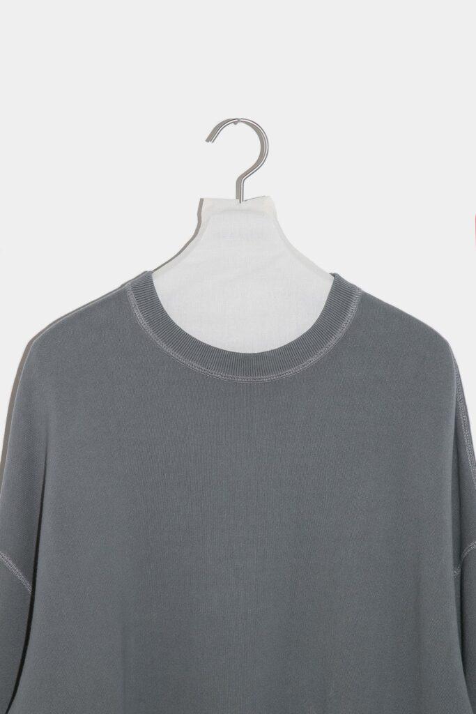 YOKO SAKAMOTO 21AW BIG SWEATER 裏毛のスウェットトレーナー。よくある度詰めでは無く、ふんわりモチモチになる様に編み地を甘く度甘に編んだ吊り編みの裏毛スウェット。甘く編まれている分、柔軟性が高く、着れば着るほど自分の身体に馴染んで行くついつい着て育てたくなる一着です。硫化染め+バイオ加工を施した深みのある色合いが特徴で、着用する度に経年変化を楽しめます。