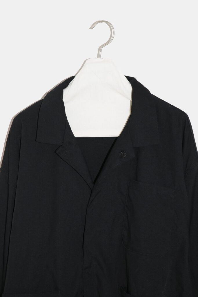 YOKO SAKAMOTO 21AW WORK JACKET  フロントスナップボタンのワークジャケット。胸ポケット1つ、フロントポケット2つのみ。無駄の無いミニマムなデザインが特徴です。染色とステッチの色を変えた個性的なルックスが目を引きます。硫化染めを施した深みのある色合いが特徴で、着用する度に経年変化を楽しめます。空気を含んだエアリーな着心地も特徴です。