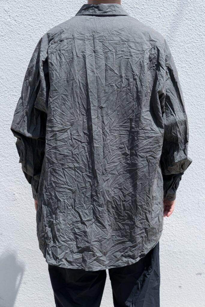 YOKO SAKAMOTO 21AW REGULAR COLLAR SHIRT レギュラーカラーのルーズフィットシャツ。シャツ専業工場でフラシ芯を使い非常に細かい運針で縫製したドレスライクな仕立て。また、製品洗いを施し、あえて何度か着た様なクタッとしたこなれた雰囲気に仕上げました。前身頃から後身頃にかけて、脇下に切替が無い一枚続きのノーシームパターンを採用した賛沢な仕様です。大きな生地を肩で羽織っている様な自然なドレープ感があり、タックインした時も、よりウエストにフィットします。