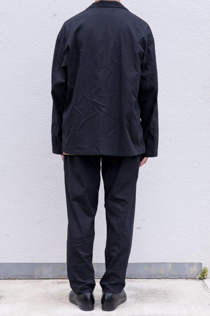 YOKO SAKAMOTO 21AW WORK JACKET  フロントスナップボタンのワークジャケット。胸ポケット1つ、フロントポケット2つのみ。無駄の無いミニマムなデザインが特徴です。染色とステッチの色を変えた個性的なルックスが目を引きます。硫化染めを施した深みのある色合いが特徴で、着用する度に経年変化を楽しめます。空気を含んだエアリーな着心地も特徴です。  WORK TROUTHERS TAPERED  テーパードシルエットのワークパンツ。前身頃から後身頃にかけて、サイドに切替が無い一枚続きのノーシームパターンを採用した賛沢な仕様です。染色とステッチの色を変えた個性的なルックスが目を引きます。硫化染めを施した深みのある色合いが特徴で、着用する度に経年変化を楽しめます。空気を含んだエアリーな着心地も特徴です。